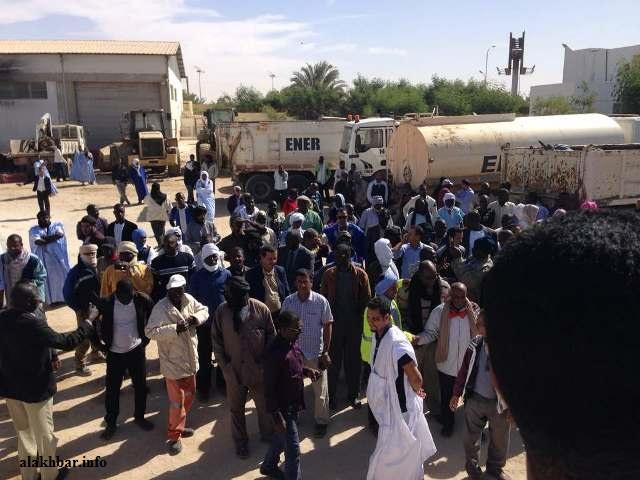 عمال الشركة الوطنية لصيانة الطرق ENER خلال وقفة احتجاجية سابقة لهم