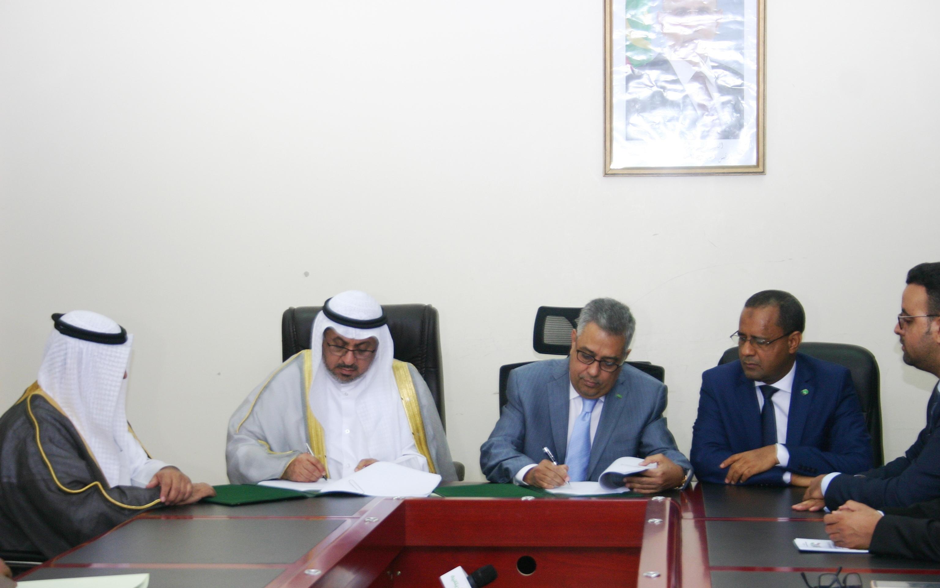 وزير الاقتصاد والصناعة الشيخ الكبير مولاي الطاهر، و نائب المدير العام للعمليات في الصندوق مروان عبد الله الغانم خلال توقيع الاتفاقية (وما)