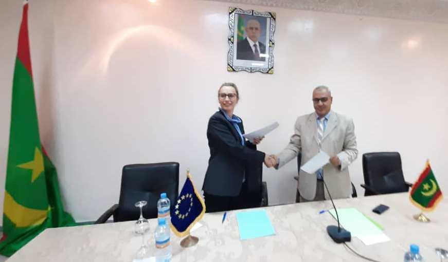 رئيس وفد التفاوض الموريتاني، مع رئيسة وفد التفاوض الأروبي بعيد توقيع المحضر (وما)
