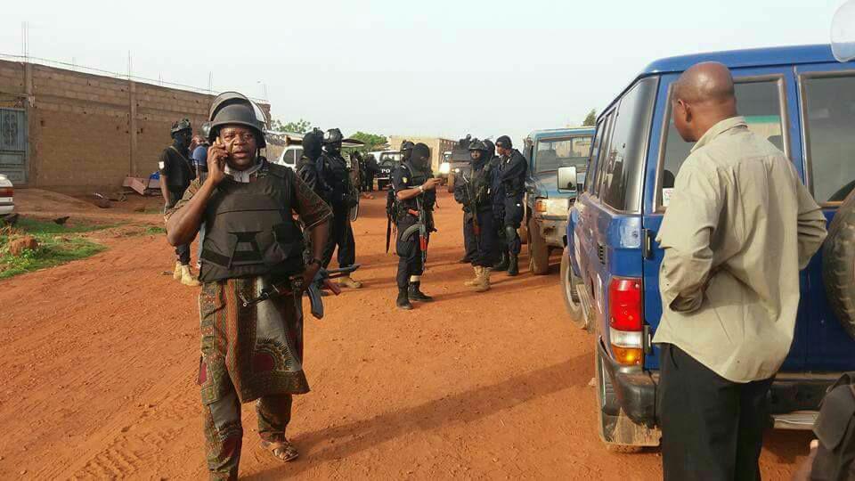 محيط النزل الذي يحتجز فيه مسلحون رهائن في ضاحية باماكو
