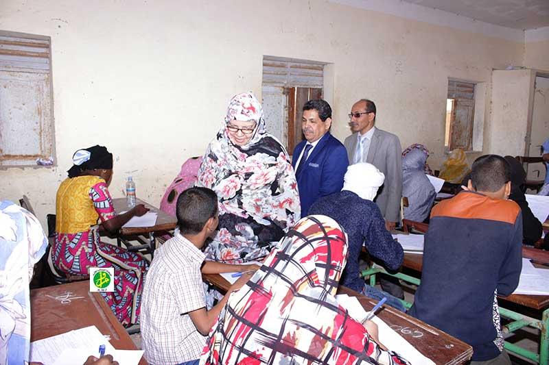الأمينة العامة لوزارة التهذيب امعزيزة بنت كربالي خلال زيارته لأحد مراكز المسابقة في عرفات بنواكشوط (وما)