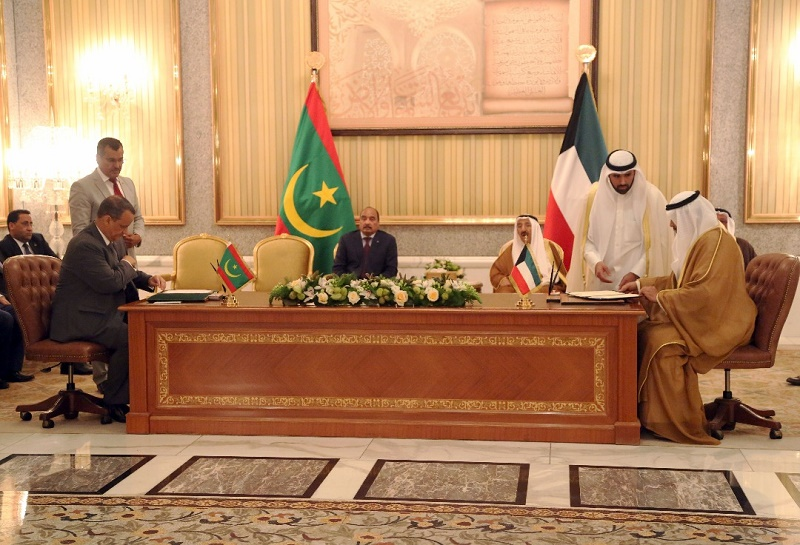 الرئيس ولد عبد العزيز، وأمير الكويت جابر الأحمد الصباح أشرفا على توقيع الاتفاقيات