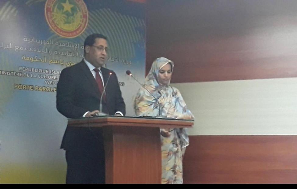 وزير الاقتصاد والمالية الموريتاني المختار ولد اجاي وإلى جانبه وزير التجهيز والنقل خلال الحديث عن الصفقة