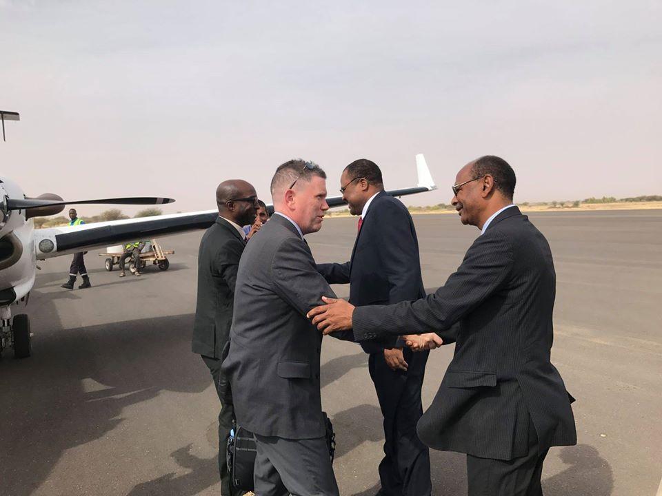 السفير الأمريكي في موريتانيا مايكل دودمان يصافح المسؤولين الإداريين في ولاية الحوض الشرقي