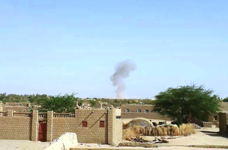 الدخان يتصاعد من أحد المقرات التي استهدفها الهجوم