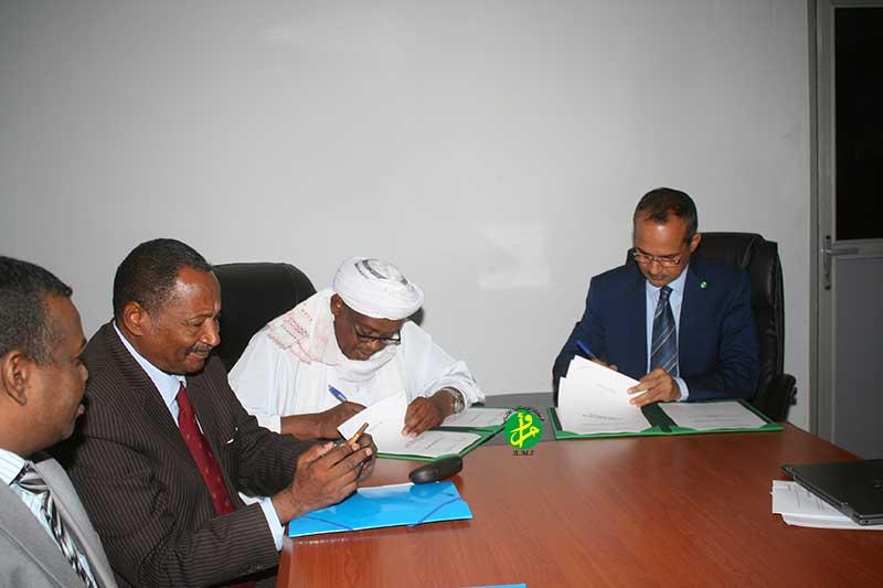 المسؤولان الموريتاني والسوداني خلال توقيع محضر اجتماعات اللجنة الفنية المشتركة بين البلدين (وما)