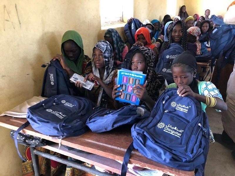 """تلاميذ مدارس بعد استلامهم الحقائب المدرسية المقدمة من شركة """"شينقتيل للاتصالات"""""""