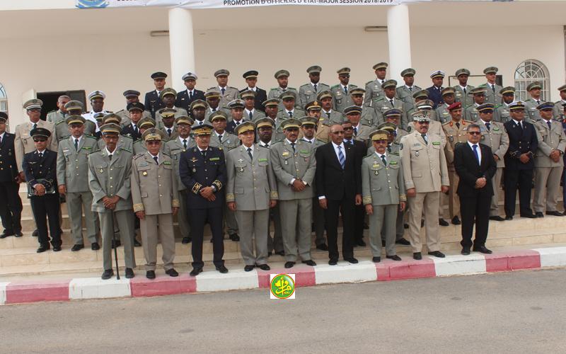أفراد الدفعة 12 من مدرسة الأركان خلال صورة جماعية مع وزير الداخلية وقائد الأركان (وما)
