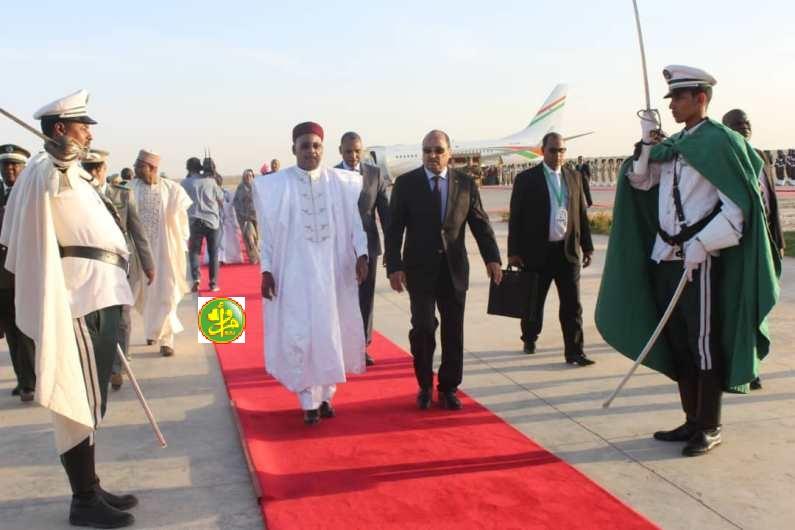 الرئيس الموريتاني محمد ولد عبد العزيز في استقبال رئيس النيجر الرئيس الدوري لمجموعة دول الساحل الخمس (وما)