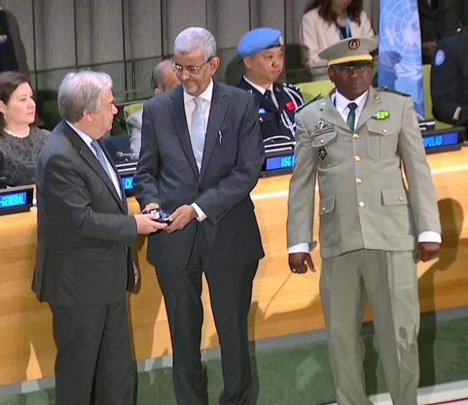 الأمين العام للأمم المتحدة أنطونيو كوتريش يقدم التكريم لرئيس الوفد الموريتاني العقيد صيدو صامبا جا