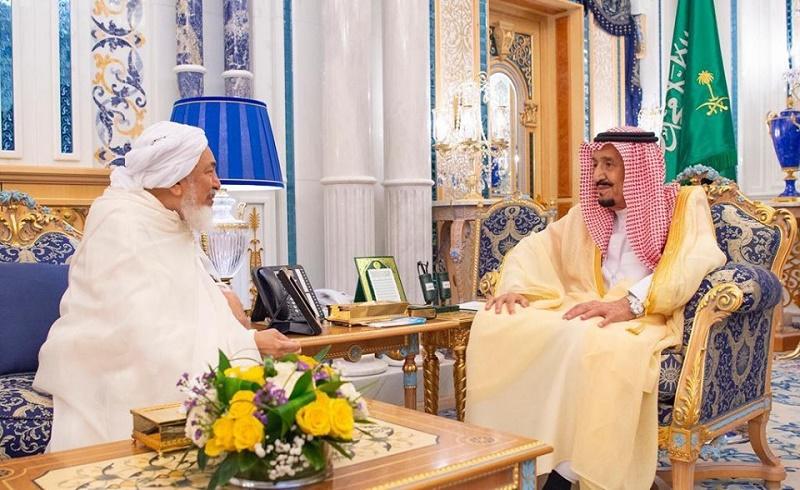 ملك السعودية خلال لقائه مع الشيخ عبد الله بن بيه رئيس مجلس الإفتاء بالإمارات