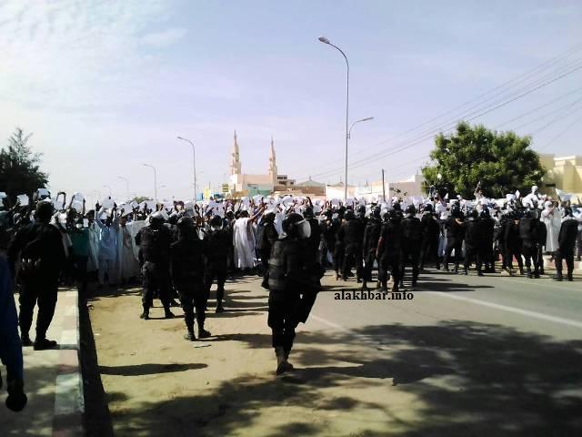 مجموعات من المتظاهرين بعيد خروجها من الجامع السعودي ظهر اليوم ـ (الأخبار)