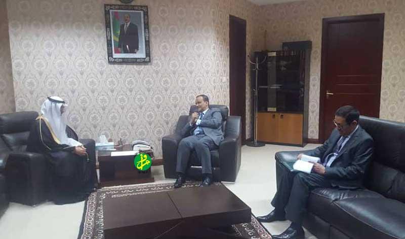 وزير الخارجية إسماعيل ولد الشيخ أحمد خلال لقائه مع السفير السعودي في نواكشوط هزاع بن زبن بن ضاوي المطيري (وما)