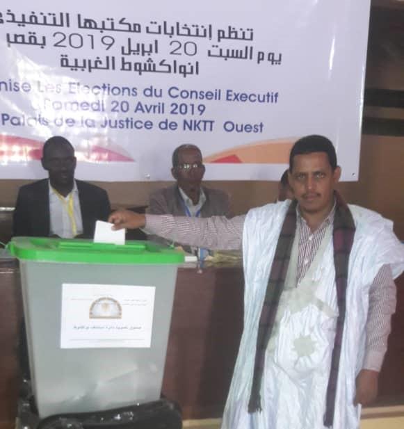 أحد أعضاء النقابة خلال تصويته في المكتب الموجود في نواكشوط