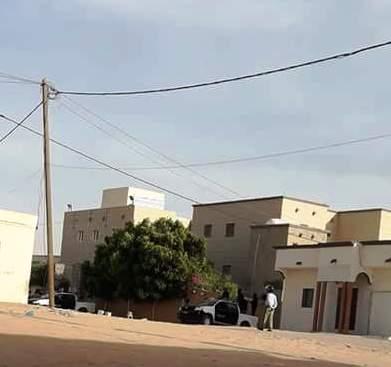 سيارات من الشرطة في المدخل الرئيس أمام مدخل مركز تكوين العلماء
