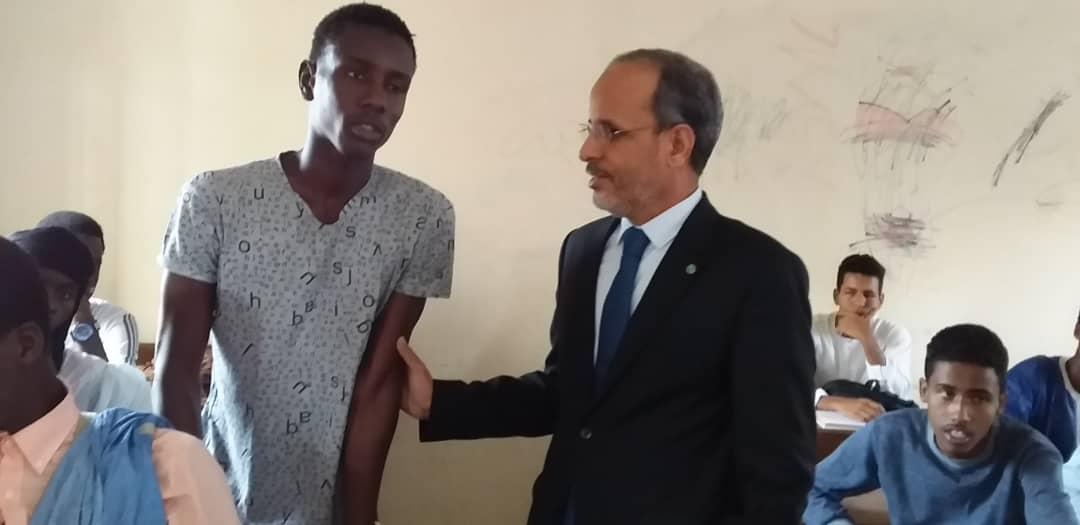 وزير التعليم الثانوي مع أحد التلاميذ داخل فصل دراسي في ثانوية عرفات 1 بولاية نواكشوط الجنوبية