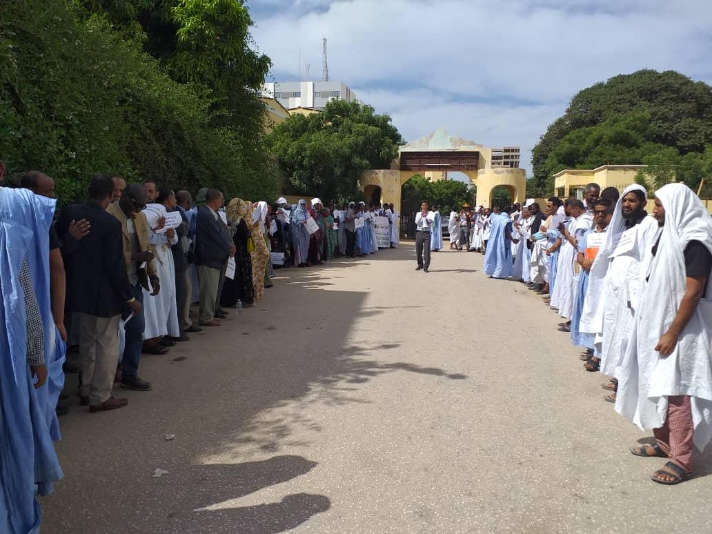أساتذة التعليم الثانوي والفني خلال وقفتهم الاحتجاجية بمباني الوزارة اليوم الخميس