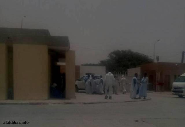 ذوو المحامي المرحوم الشيخ ولد حرمة الله بالمستشفى في انتظار نتائج التشريح ـ (الأخبار)