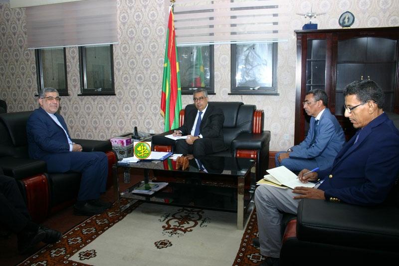 السفير الإيراني محمد العمراني (يسار) خلال لقائه مع وزير الاقتصاد والصناعة الشيخ الكبير مولاي الطاهر اليوم (وما)