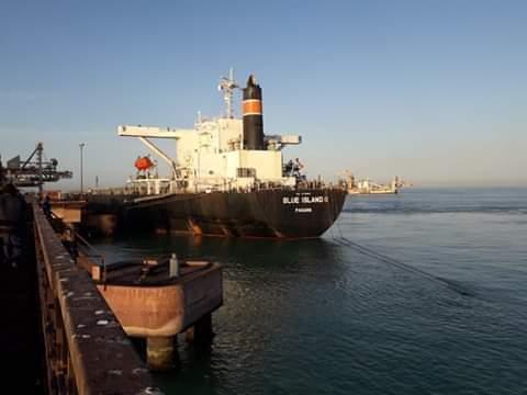 إحدى السفن في ميناء نواذيبو لحمل شحنة من الحديد