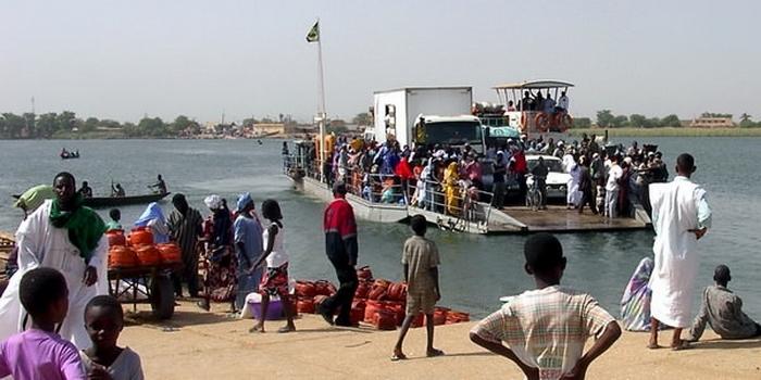 العبارة التي تنقل الأشخاص والبضائع بين ضفتي نهر السنغال الفاصل بين الأراضي الموريتانية والسنغالية