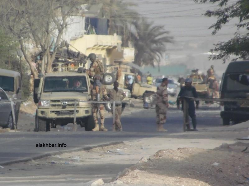 حاجز أقامه الجيش على طريق المزارع الذي يربط مقاطعة السبخة بأجزاء من قلب العاصمة نواكشوط (الأخبار)