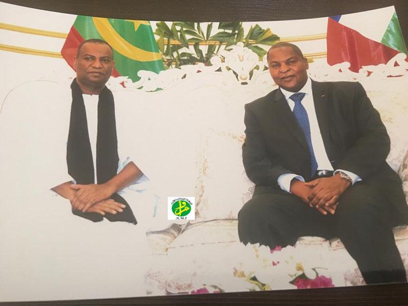 رئيس إفريقيا الوسطى فوستين أرشانج تواديرا خلال استقباله للدبلوماسي الموريتاني با صمبا (وما)