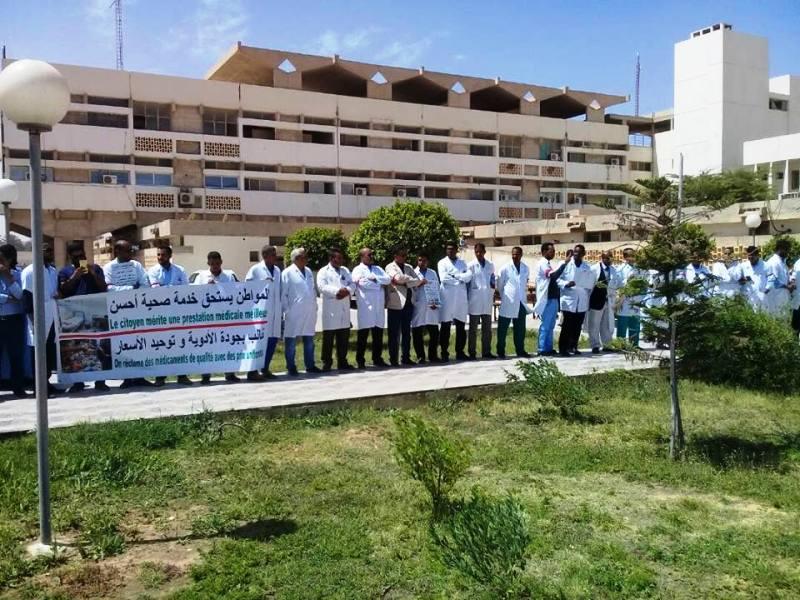 الأطباء خلال وقفة احتجاجية بمركز الاستطباب الوطني بنواكشوط