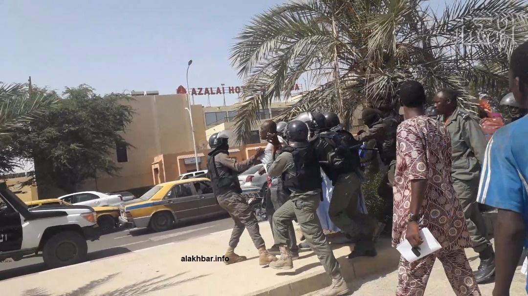 الشرطة خلال توقيف محتجين في نواكشوط أغسطس 2019 (الأخبار - أرشيف)