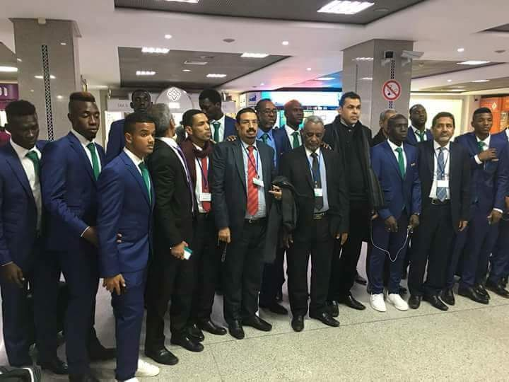 طاقم السفارة الموريتانية مع أعضاء البعثة ولاعبي المنتخب بعيد وصولهم مطار محمد الخامس