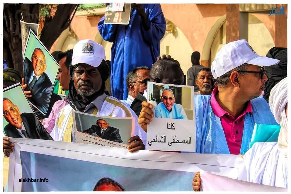 متضامنون مع ولد الشافعي خلال وقفة صباح الخميس أمام القصر الرئاسي بنواكشوط (الأخبار)