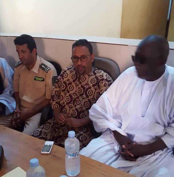 مسؤولون رسميون مع مسؤولي البنك خلال توزيع المساعدات على المتضررين من الفيضانات