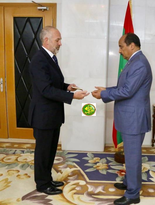ولد عبد العزيز يتسلم أوراق السفير البريطاني الجديد سيمون بيدن (وما)