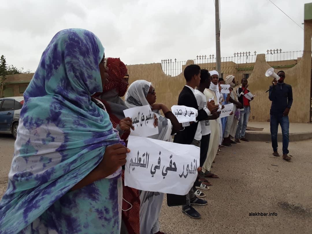 الطلبة خلال وقفة احتجاجية اليوم أمام مباني وزارة التعليم العالي (الأخبار)