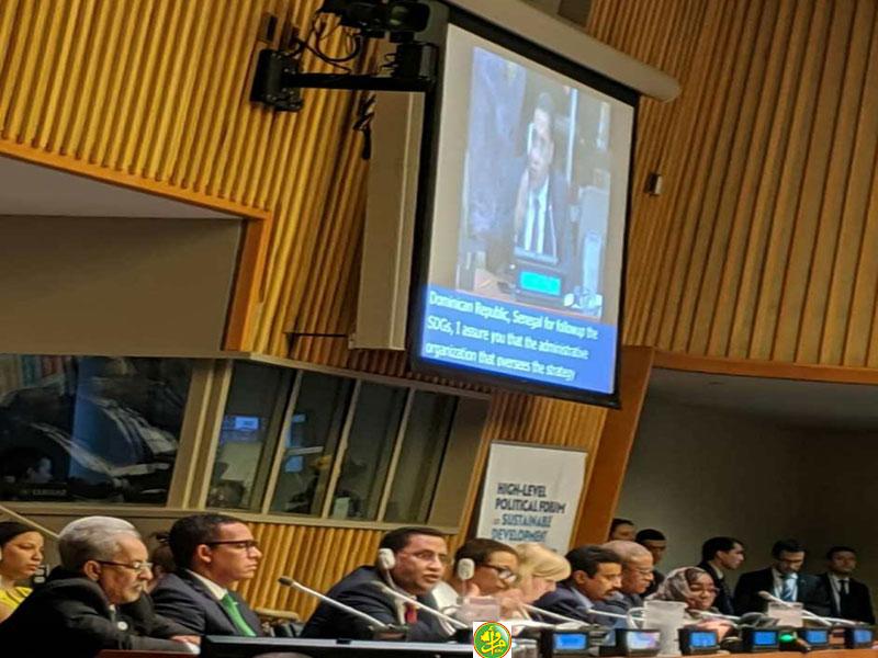 وزير الاقتصاد والمالية المختار ولد اجاي خلال تقديم التقرير، وإلى جانبه وزير النفط والطاقة والمعادن محمد ولد عبد الفتاح (وما)