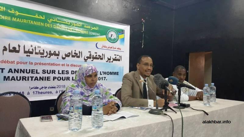 مسؤولو المرصد الموريتاني لحقوق الإنسان خلال المؤتمر الصحفي الذي أعلن عن التقرير فيه (الأخبار)
