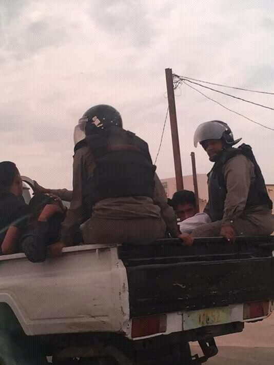 الشرطة تنقل الطلبة الموقوفين خارج الجامعة