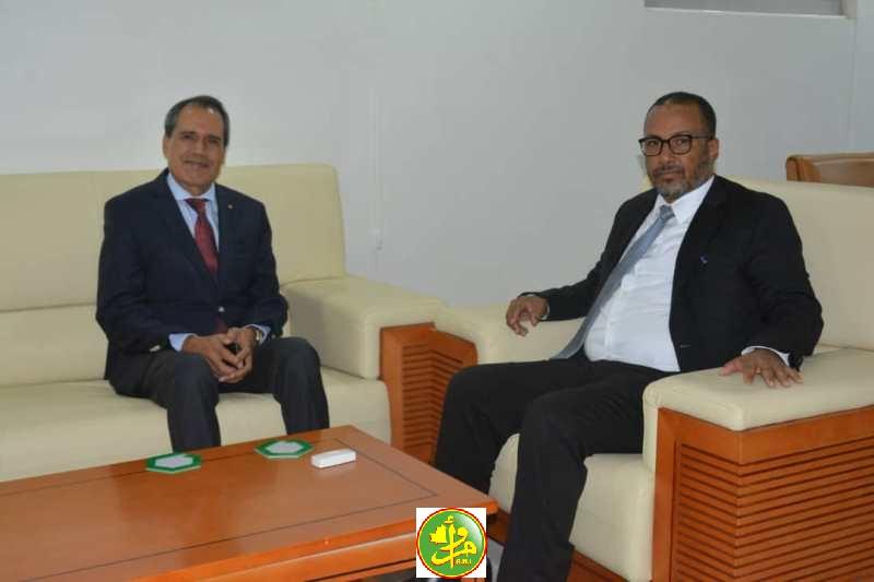 رئيس اتحاد أرباب العمل الموريتانيين زين العابدين الشيخ أحمد، والسفير المغربي في نواكشوط حميد شبار (وما)