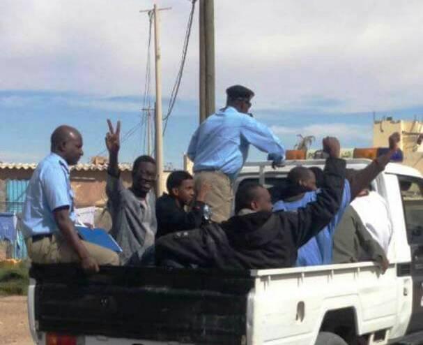 صورة نشرها أحد نشطاء المعارضة لنقل الموقوفين في سيارة الشرطة إلى النيابة العامة