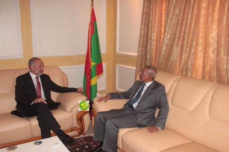 وزير الدفاع حننا سيدي حننا خلال لقائه مع السفير البريطاني في نواكشوط سيمون بايدن أمس (وما)