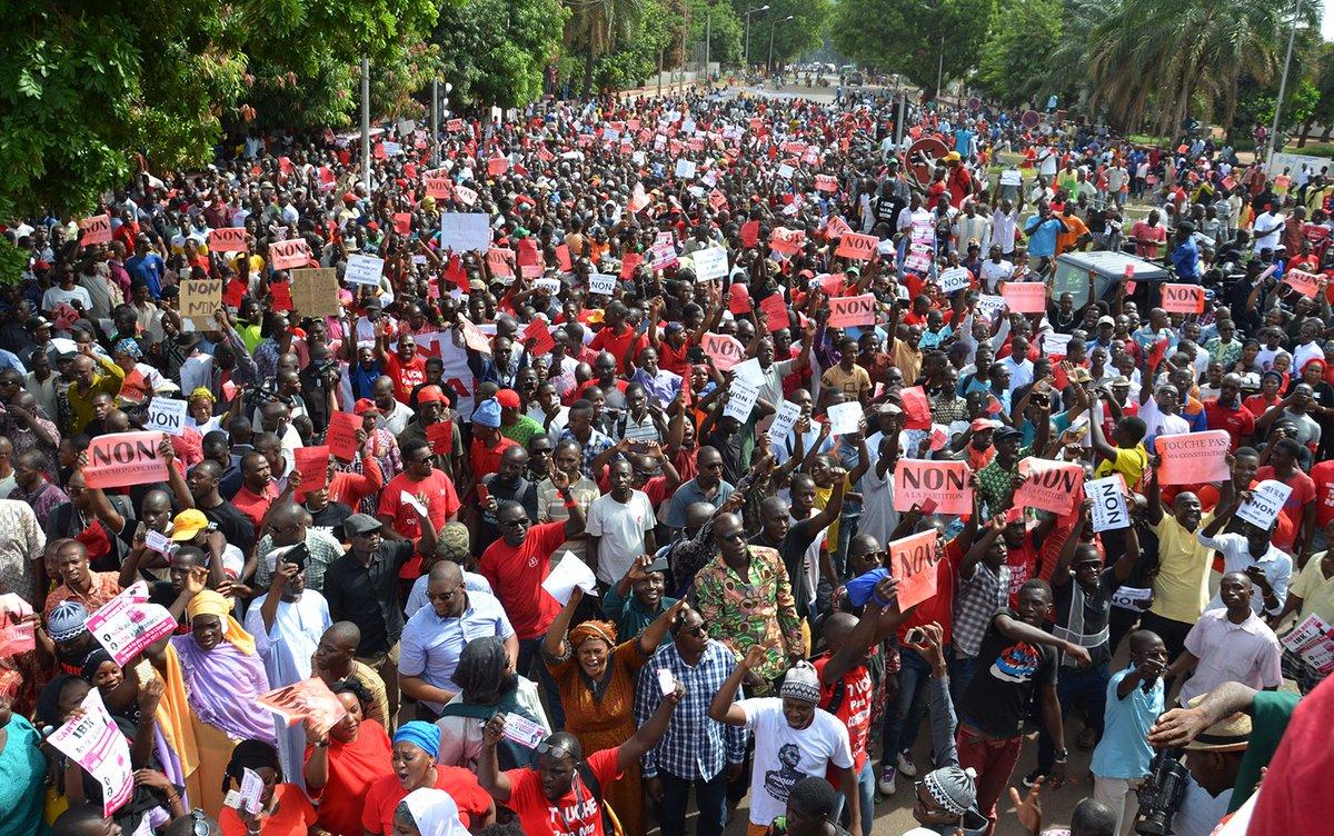 جانب من المسيرة التي خرجت في العاصمة باماكو ضد تعديل الدستور.
