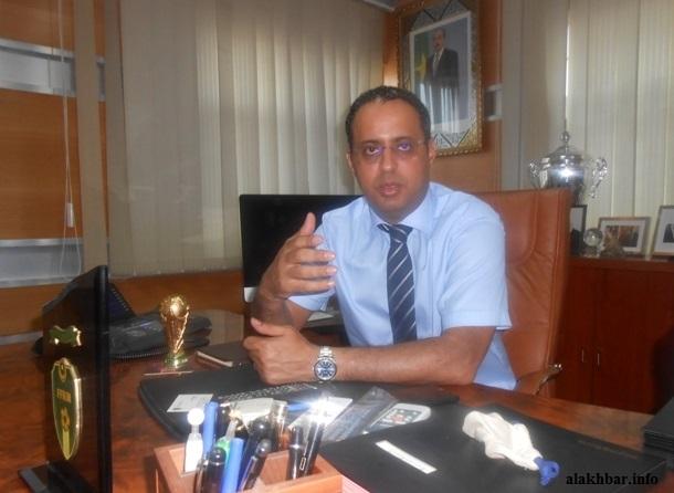 رئيس الاتحادية الموريتانية لكرة القدم متحدثا للأخبار بمكتبه في نواكشوط ـ (الأخبار)