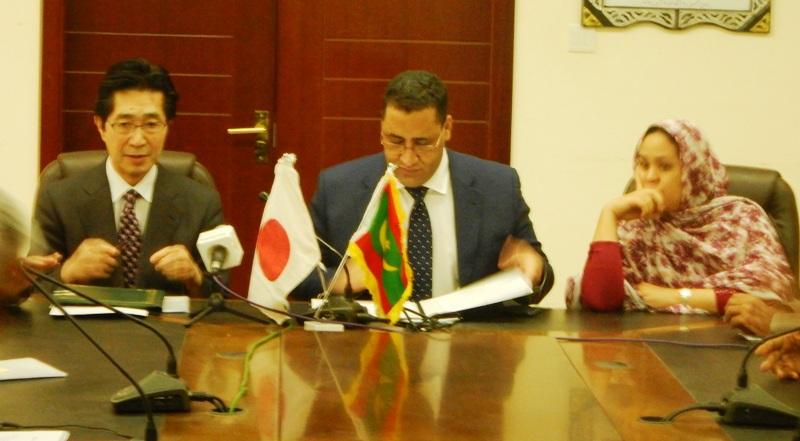ولد اجاي خلال توقيعه اتفاقية مع سفير اليابان حول منحة بقيمة 1.5 مليار أوقية