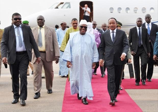 رئيس النيجر محمدو إسوفو خلال وصوله مالي