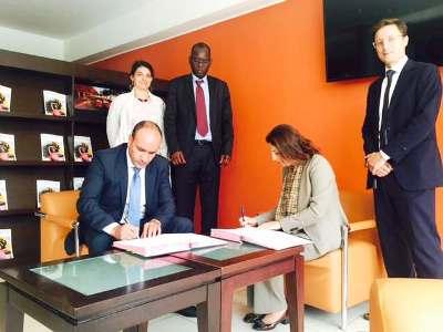 جانب من توقيع المديرة الاقليمية في البنك الدولي مع رئيس المنطقة الحرة
