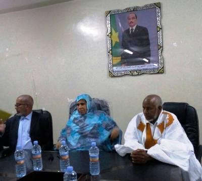 جانب من اجتماع اليوم في القصر البلدي للعمدة رجيبة بنت الدوكي مع العمال / تصوير الأخبار