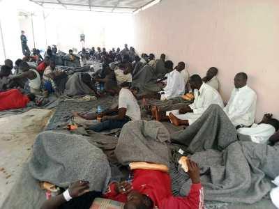 جانب من المهاجرين زوال اليوم في مباني الإدارة الجهوية للأمن في نواذيبو/ تصوير الأخبار