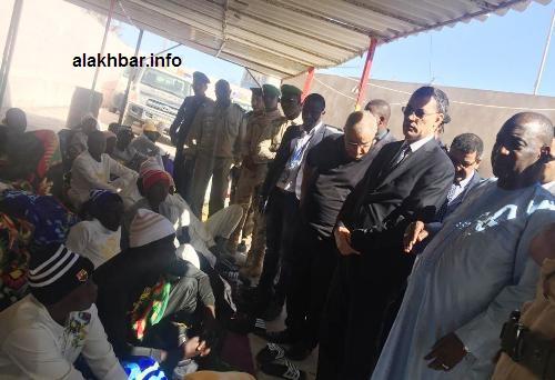 السفير الغامبي إلى جانب السلطات الإدارية والعسكرية زوال اليوم لزيارة الناجين من غرق زورق المهاجرين/ الأخبار