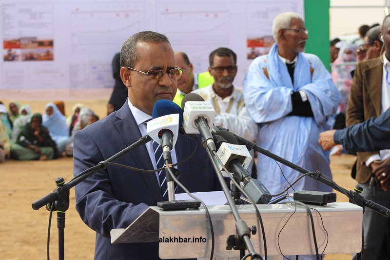 وزير التجهيز والنقل محمدو أحمدو امحيميد خلال خطابه في الحفل الذي أقيم اليوم في ألاكـ (الأخبار)