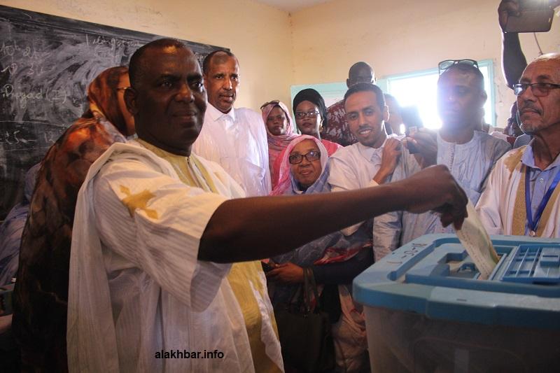 المرشح الرئاسي بيرام الداه اعبيدي خلال الإدلاء بصوته في ثانوية الرياض بولاية نواكشوط الجنوبية (الأخبار)